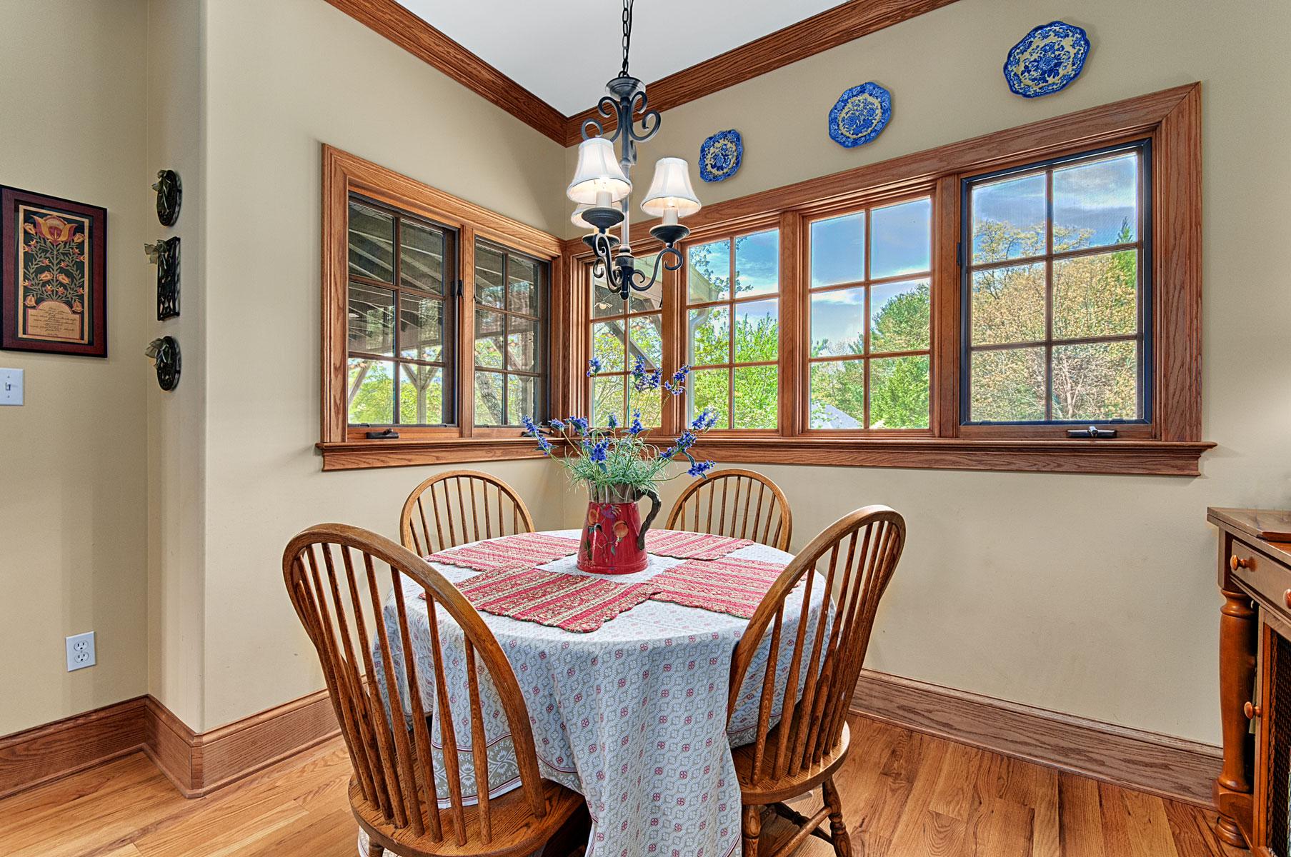 breakfast-eating-corner-windows