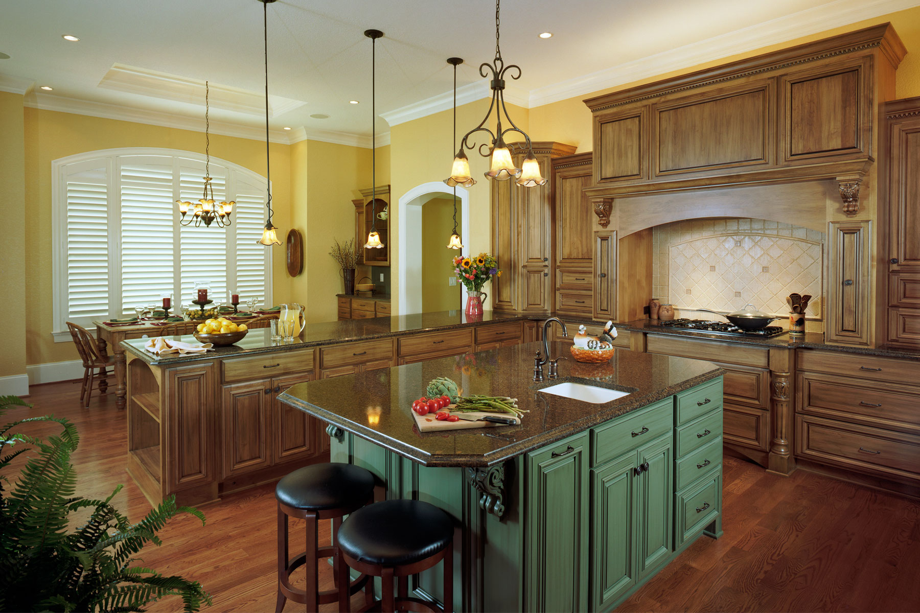 large-eatin-kitchen-wood-cabinets-traditional